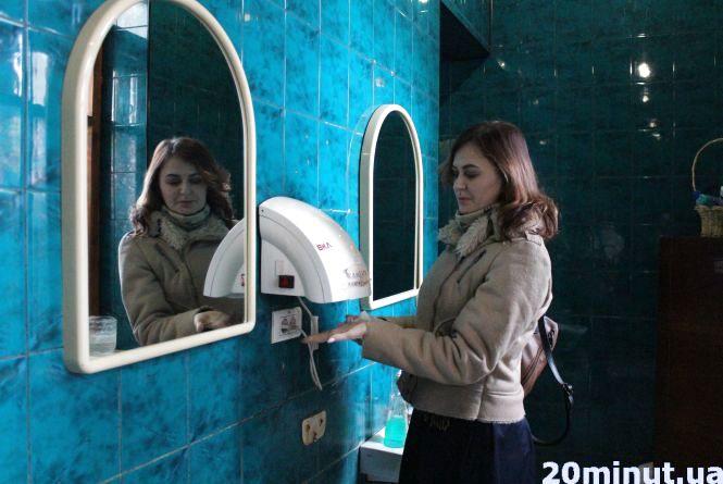 """Пускають """"лише адекватних"""": як виглядають туалети у вокзалах, лікарнях та міськраді. Ексклюзив """"20 хвилин"""""""