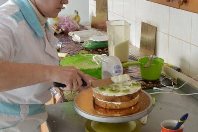 Господині з Тернопільщини печуть смаколики для дітей, що опинились в складних обставинах. Ви можете допомогти