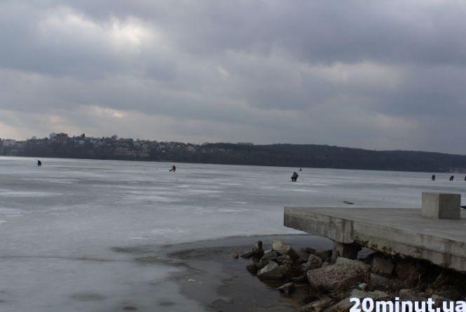Тонкий лід тернопільським рибалкам - не завада