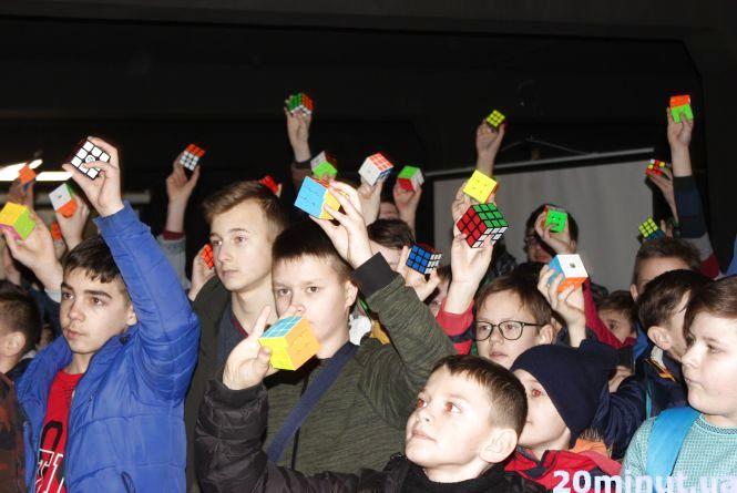 Тернопіль має черговий рекорд: понад 80 спортсменів одночасно склали кубик Рубіка