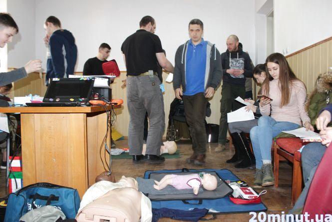 """""""Це повинен знати кожен"""": молодь у Тернополі вчили надавати першу допомогу"""
