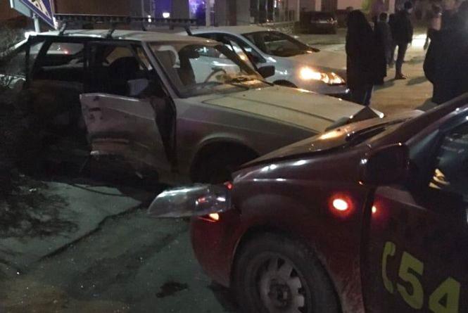 """Вночі на Бандери зіткнулися """"Москвич"""" і таксі. Один з водіїв був напідпитку, постраждали діти"""