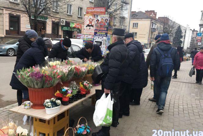 Гілочка мімози -  сто гривень: скільки в Тернополі коштують квіти до 8 березня