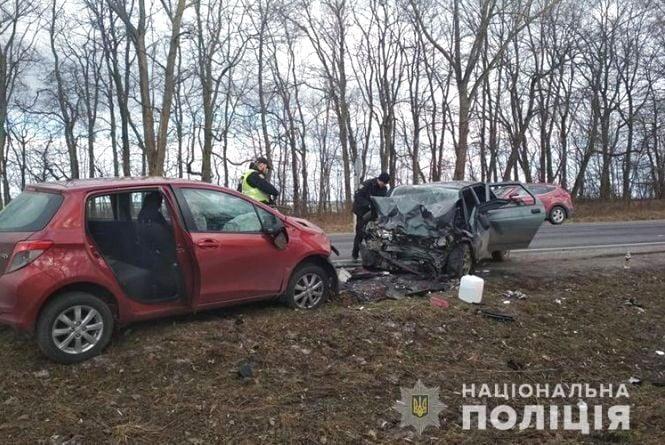 """На Тернопільщині """"лоб в лоб"""" зіткнулося два автомобілі: водії потрапили до реанімації"""