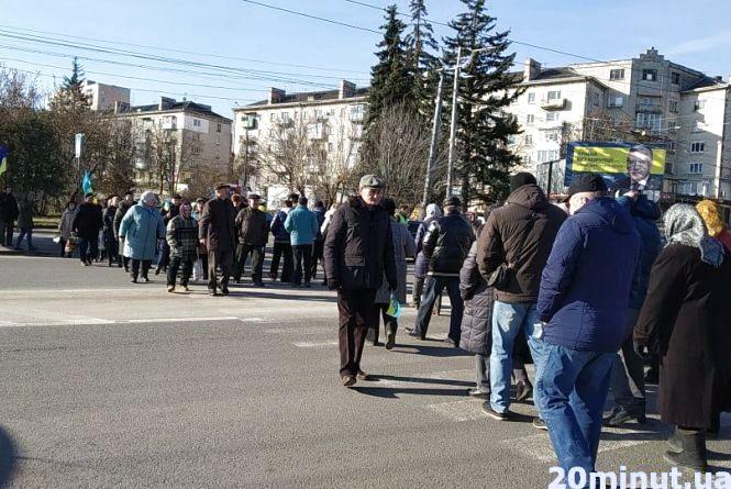 """Біля """"маяка"""" протестувальники перекрили дорогу. Вимагають повернення паїв (оновлено)"""