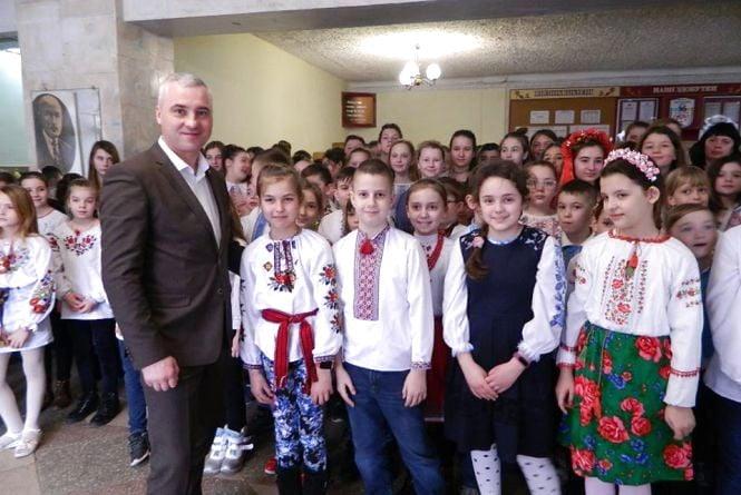 """Учні 16-ї школи заспівали """"Тече вода з-під явора"""" і встановили рекорд Тернополя"""