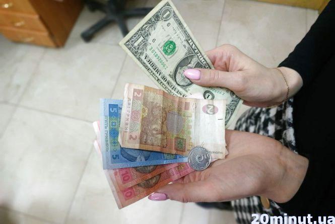 Долар подорожчав — тернополяни кинулися купувати валюту. А ви будете міняти гроші? (опитування)