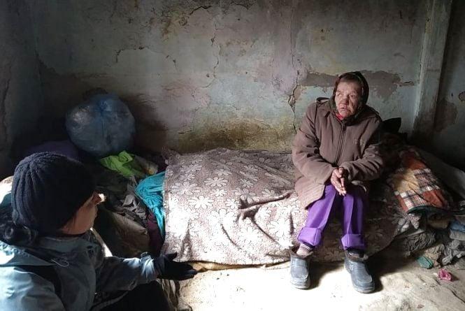 З двома собаками в будинку без вікон і дверей: жінка без документів просить влаштувати її у притулок
