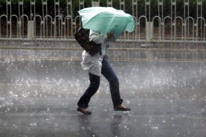 Україну накриють дощі і сильний вітер