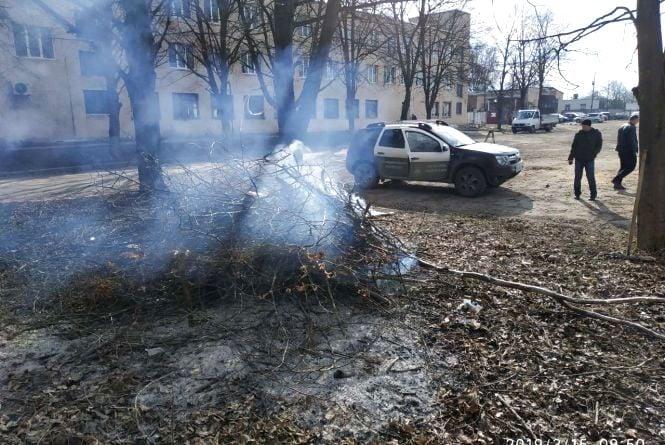 У Тернополі оштрафували людей, які спалювали гілля та листя