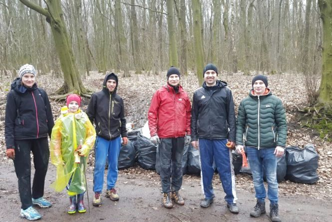 Тернополяни прибрали частину лісу в Кутківцях. Зібрали більше 70 мішків сміття
