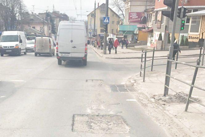 У Тернополі на дорогах нарізані ями вже п'ять днів, - скаржаться водії