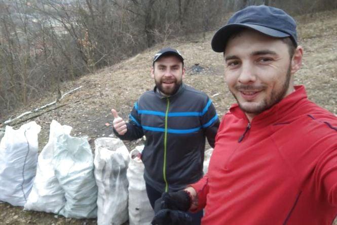 Двоє теребовлянців долучились до #TrashTag челенджу і самі зібрали вісім мішків сміття