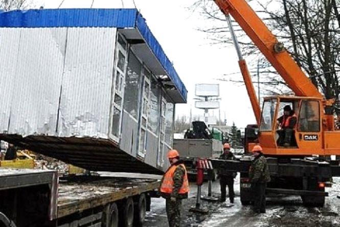 Без власників: у Тернополі демонтують кіоски та автопричепи