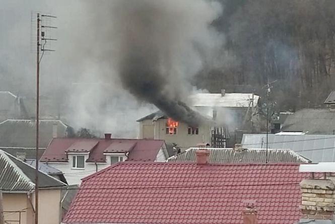 У Теребовлі загорівся приватний будинок. Сусіди відрами допомагали гасити вогонь