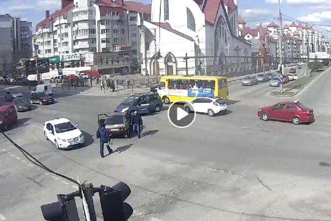 Конфлікт на дорозі: на перехресті водій з битою навчав порушника правил