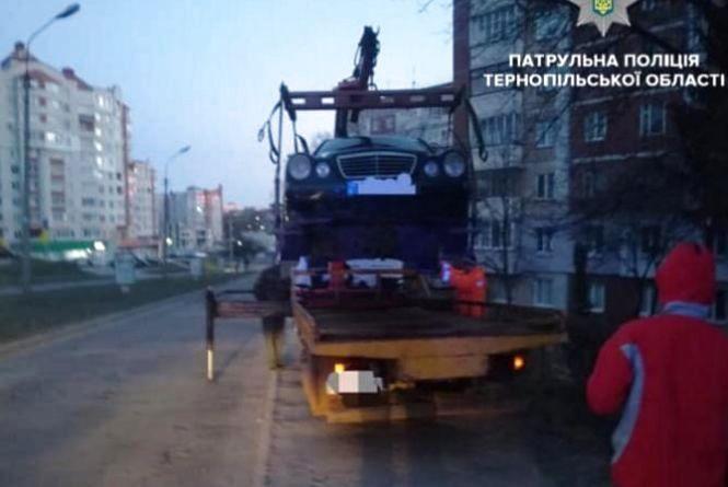 У Тернополі патрульні евакуювали на арештмайданчик дві автівки