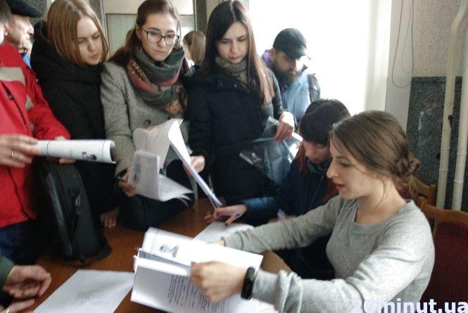 Приносять запрошення «мертвим душам»: як Тернопіль готується до виборів