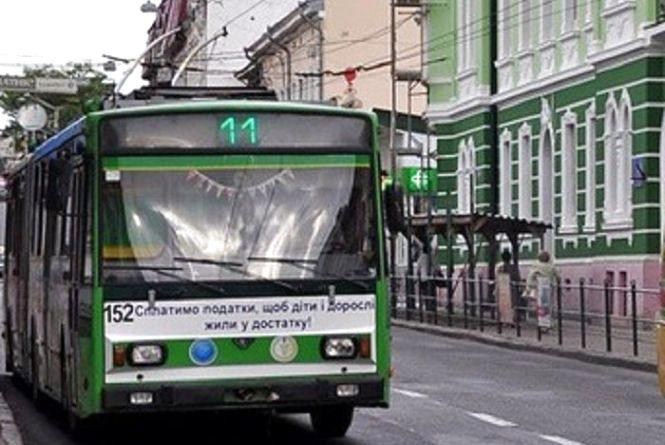 Конфлікт у тролейбусі: батько вийшов з салону, а діти не встигли. Водій відмовився зупинитись
