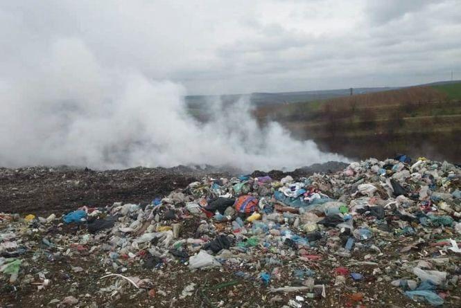 Біля Теребовлі майже добу димить сміттєзвалище. Люди скаржаться на погане самопочуття