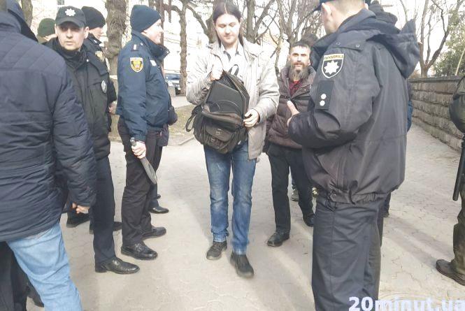 Порошенко у Тернополі: біля Театралки усіх перехожих перевіряють металодетектором