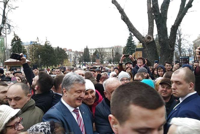 Президент повернув Архикатедрі приміщення архіву, помолився та сфотографувався з парафіянами