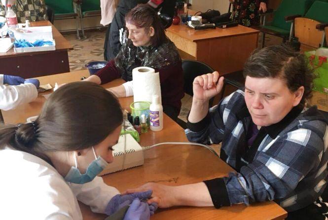 «День краси»: на Тернопільщині волонтери перевтілювали мешканок геріатричного пансіонату