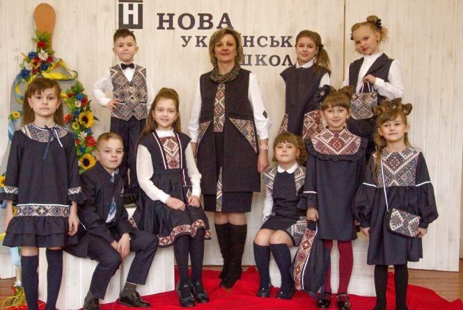 У Тернополі створили колекцію шкільних форм з елементами вишивки та світловідбивачами