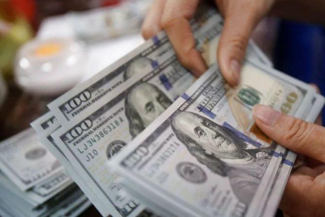 З початку березня українці купили в Приват24 майже стільки ж доларів, скільки й продали (прес-служба банку)