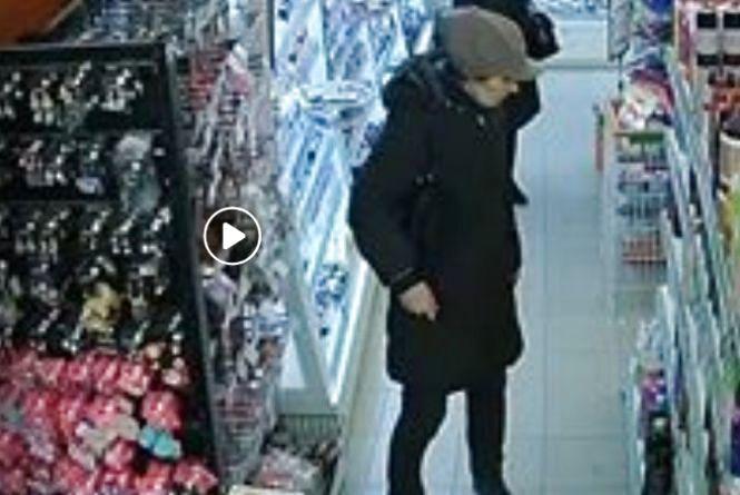 Розшукують жінку, яку підозрюють у крадіжці в центрі Тернополя