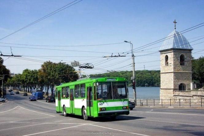 Жінка з пенсійним посвідченням в тролейбусі не хотіла платити. Контролери викликали поліцію