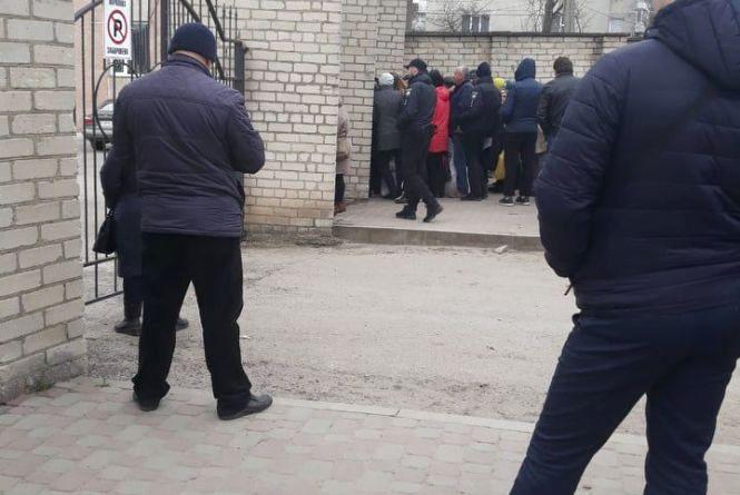 Фото дня: члени дільничих комісій чекають біля ОВК ще з ночі, щоб здати бюлетні
