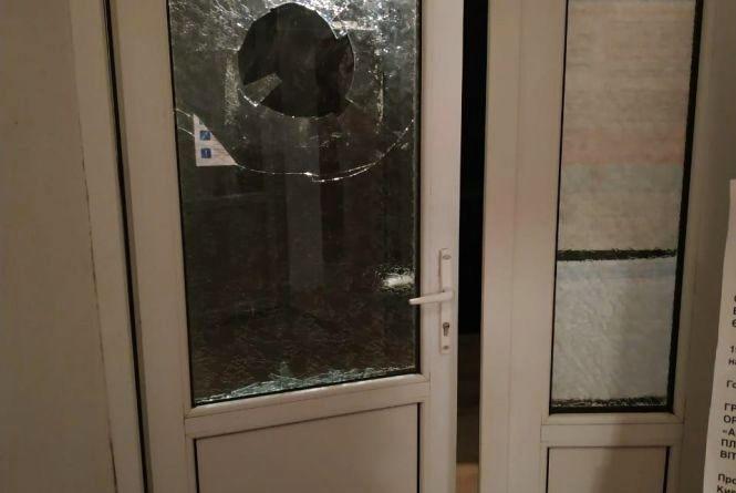 Двоє п'яних чоловіків побили вікно, бо хотіли потрапити до виборчої дільниці після закриття