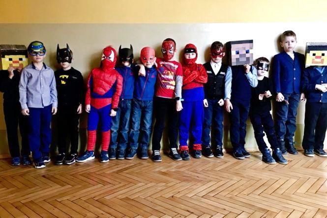 Супермени і феї за партами: у Тернопільській школі влаштували день оригінального одягу