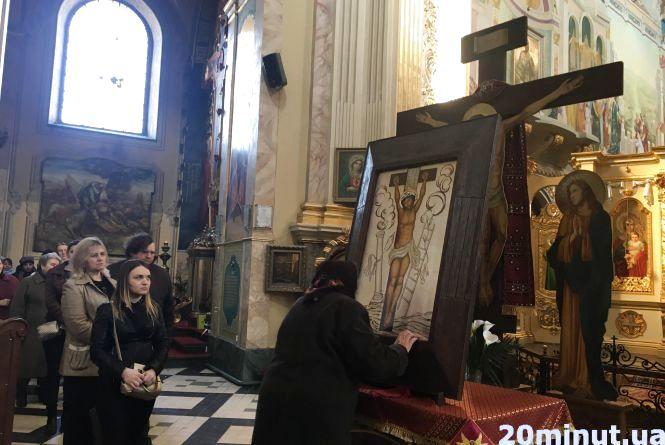 У Катедру привезли ікону Розп'яття Спасителя, короновану Папою Римським