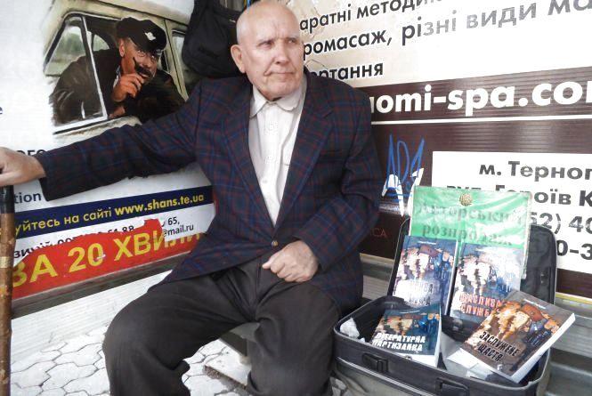 Помер дідусь, який продавав книги на зупинці у центрі. Він залишив відеозаповіт