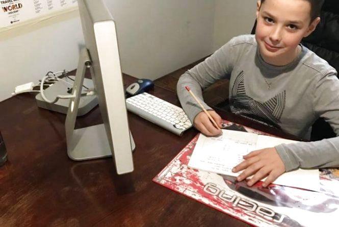 Уроки онлайн, контрольні через інтернет, без рюкзаків та ранніх підйомів: як вчаться діти у дистанційній школі