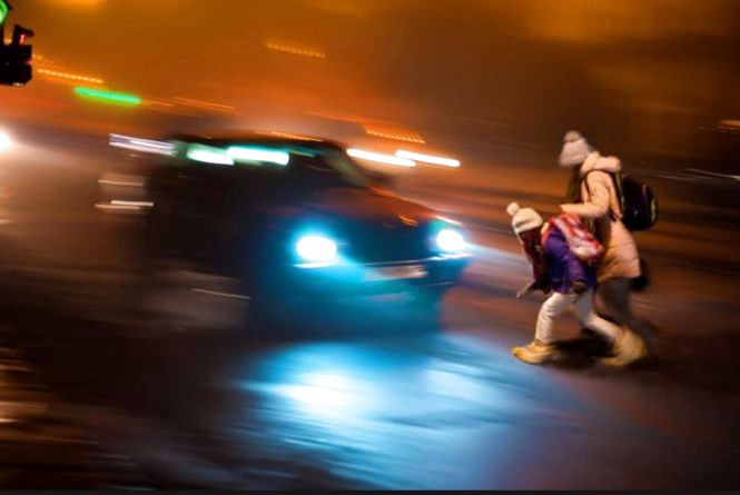 """""""Попіклуйтеся про власну безпеку, засвітись у темряві"""", - поліцейські звертаються до пішоходів"""