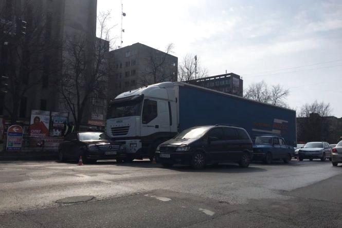 Аварія на 15 Квітня: фура врізалась у Merсedes