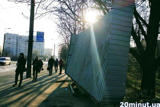 На Бережанській водій врізався в зупинку транспорту