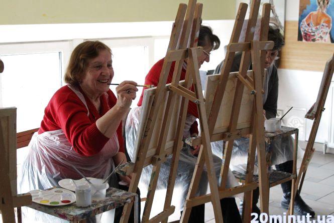 """""""Востаннє я малювала в школі"""": у Тернополі проводять арт-терапії для пенсіонерів"""