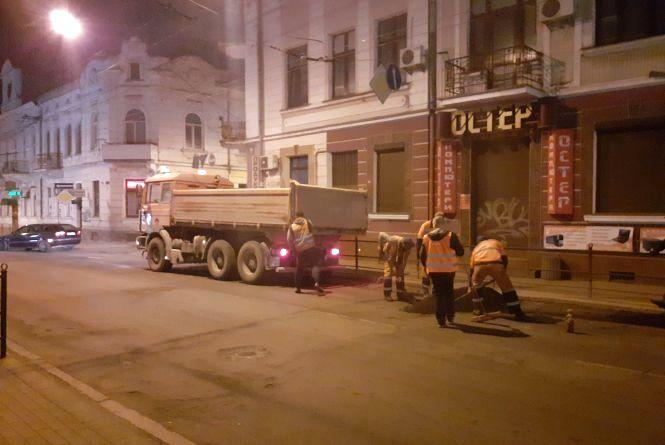 Ями на дорогах в Тернополі почали ремонтувати ночами