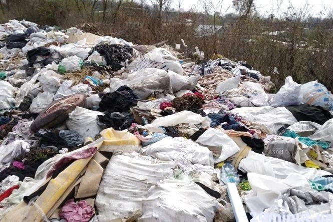 Сміттєзвалище на Подільській: тонни відходів від виробництва за кілька метрів від будівель