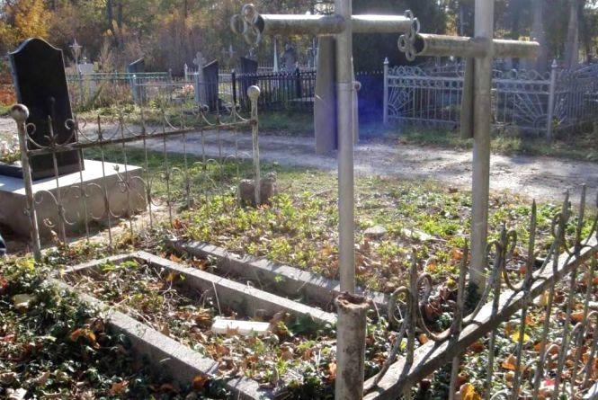 """На """"Микулинецькому кладовищі"""" чоловік грабував жінок"""