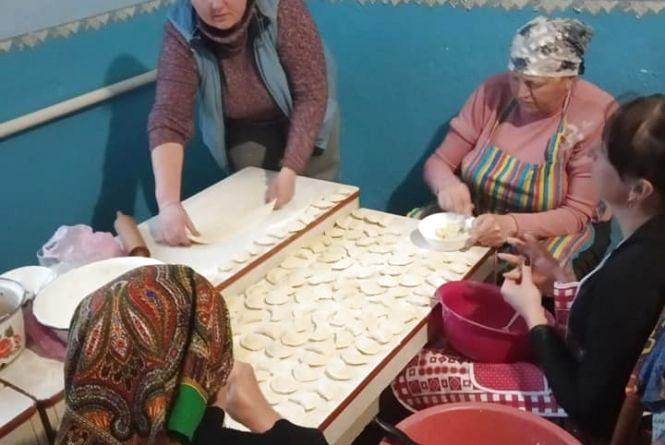 У селі на Теребовлянщині жінки зліпили більше двох тисяч вареників. Їх передадуть воїнам