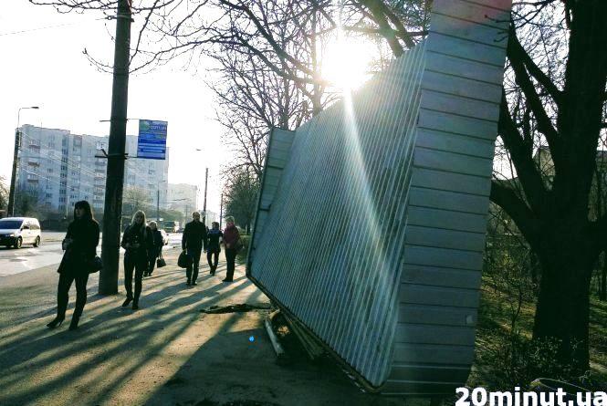 Водія, який врізався у зупинку на Бережанській, оштрафували на 340 грн