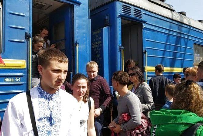 У Тернополі зустріли 150 дітей з Донеччини і Луганщини. Вони проведуть свята у сім'ях