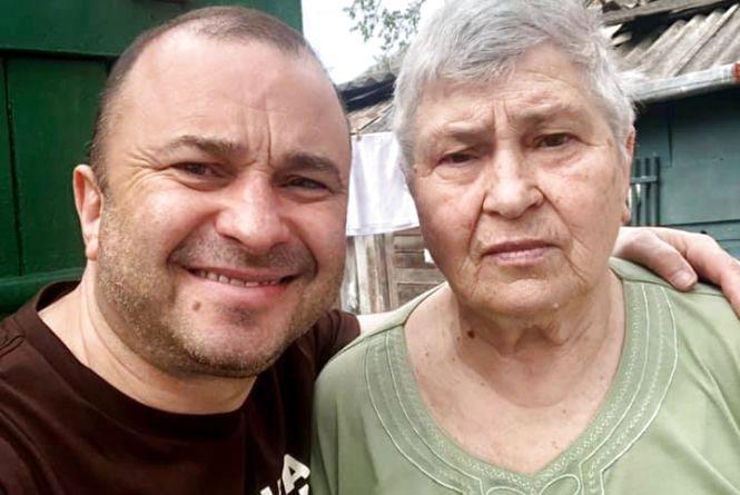 Фото дня: Віктор Павлік опублікував зворушливе фото з мамою, зроблене у Теребовлі