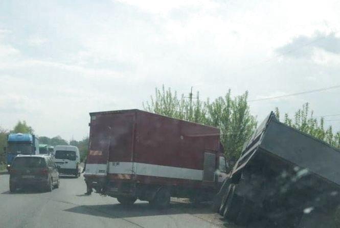 """Біля Гаїв Шевченківських аварія. КАМаз зіткнувся з """"Мерседесом"""""""