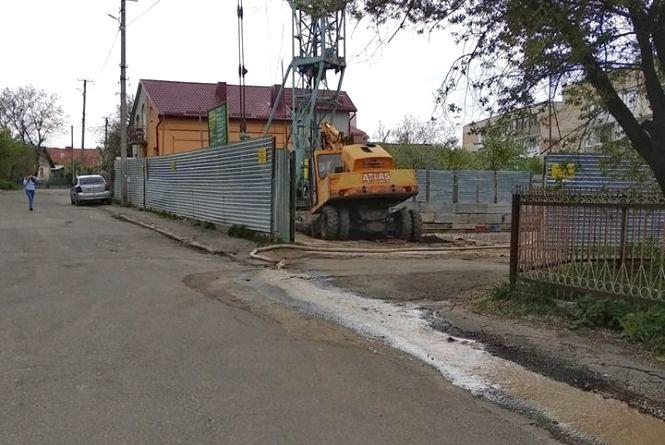 """""""А це взагалі законно?"""" Тернополяни скаржаться на брудні ріки, які текли поряд із забудовою на """"Дружбі"""""""